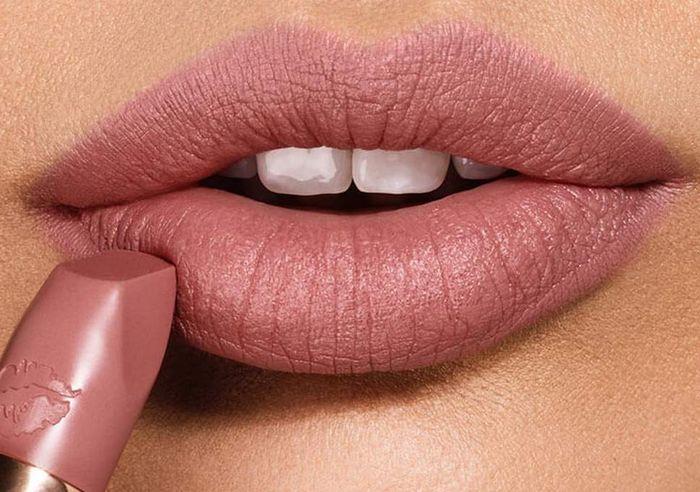 Warna Lipstik Paling Cocok untuk Bibir Hitam